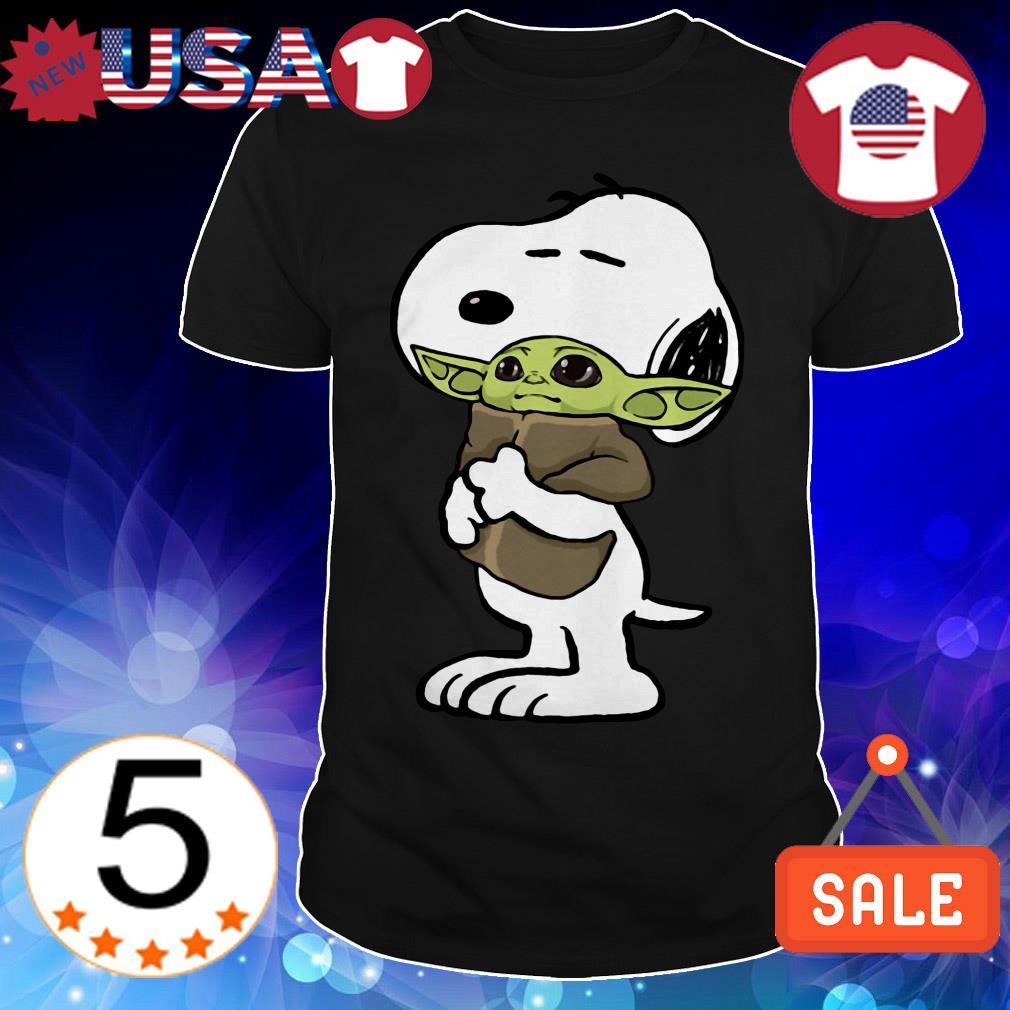 The Peanuts Snoopy hug Baby Yoda shirt